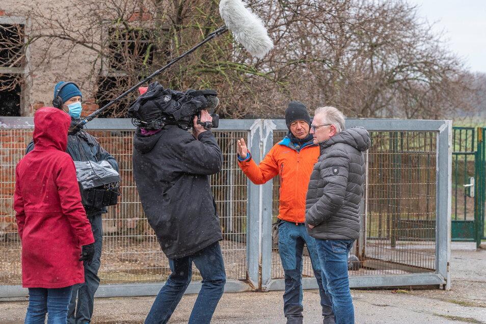 Tierpsychologe Ronald Lindner (2.v.r.) schaute jetzt mit einem Drehteam im Riesaer Tierheim in Göhlis vorbei. Hier wird eine Interview-Einstellung mit Tierheim-Leiter Uwe Brestel (r.) aufgenommen.