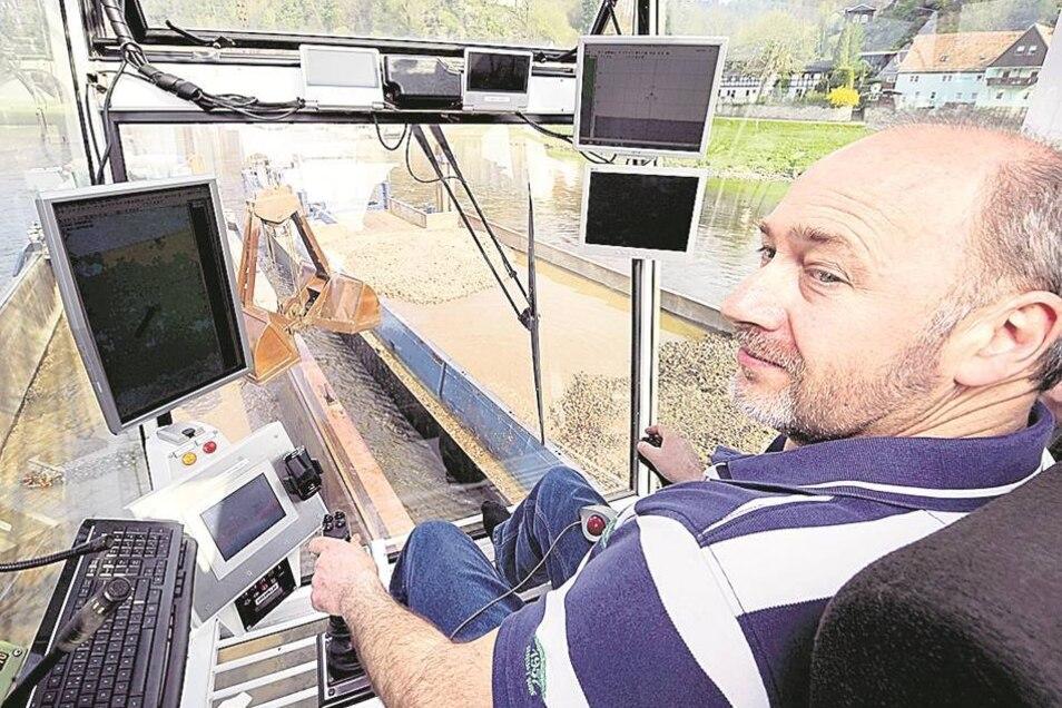 """Johan Speksnýder (47) sitzt in der Bagger-Kanzel der """"Nova Venture"""" (kleines Foto), während ein Lotse auf der Brücke (l.) den Fluss beobachtet. Fotos: Norbert Millauer (2)"""
