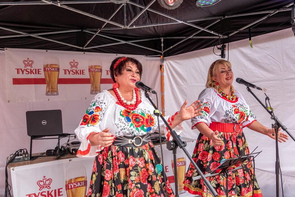 Das Duo Potpourri war schon 2019 beim Tag der Sachsen eine Überraschung gewesen. Im Klosterhof brachten die beiden Sängerinnen ukrainische und polnische Volkslieder zu Gehör.