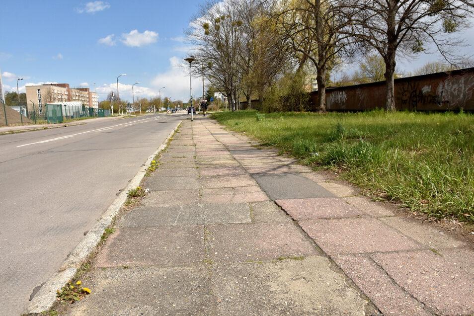 Entlang der Herrmannstraße wurde auf WK-I-Seite der Gehweg erneuert. Dieses Stück hier bleibt aber wohl, wie es ist. Man möge die andere Straßenseite nutzen.