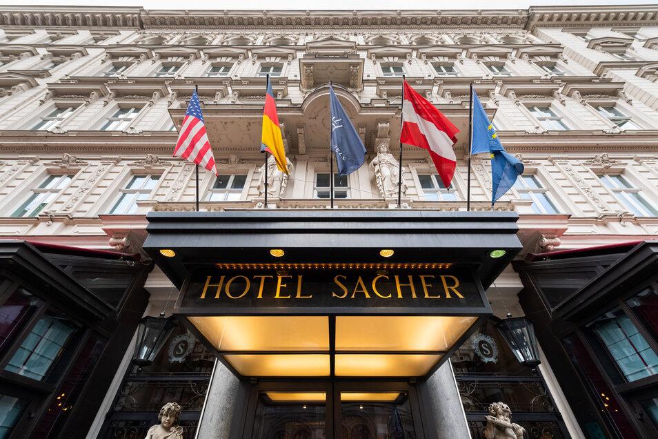 """Blick auf den Eingang vom Hotel Sacher in Wien. Auf internationale Gäste ausgerichtete Spitzenhotels werden nach Überzeugung von """"Sacher""""-Chef Matthias Winkler jahrelang brauchen, um sich vom Corona-Schock zu erholen."""
