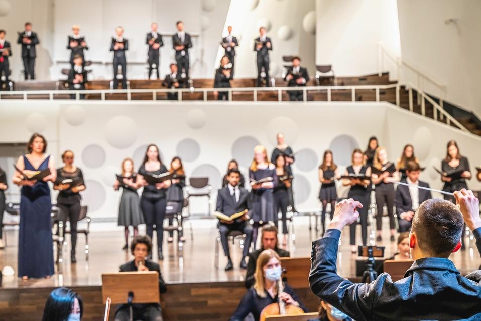 Normalerweise wird an der Hochschule für Musik miteinander musiziert, so wie hier beim Chorsinfonischen Konzert.