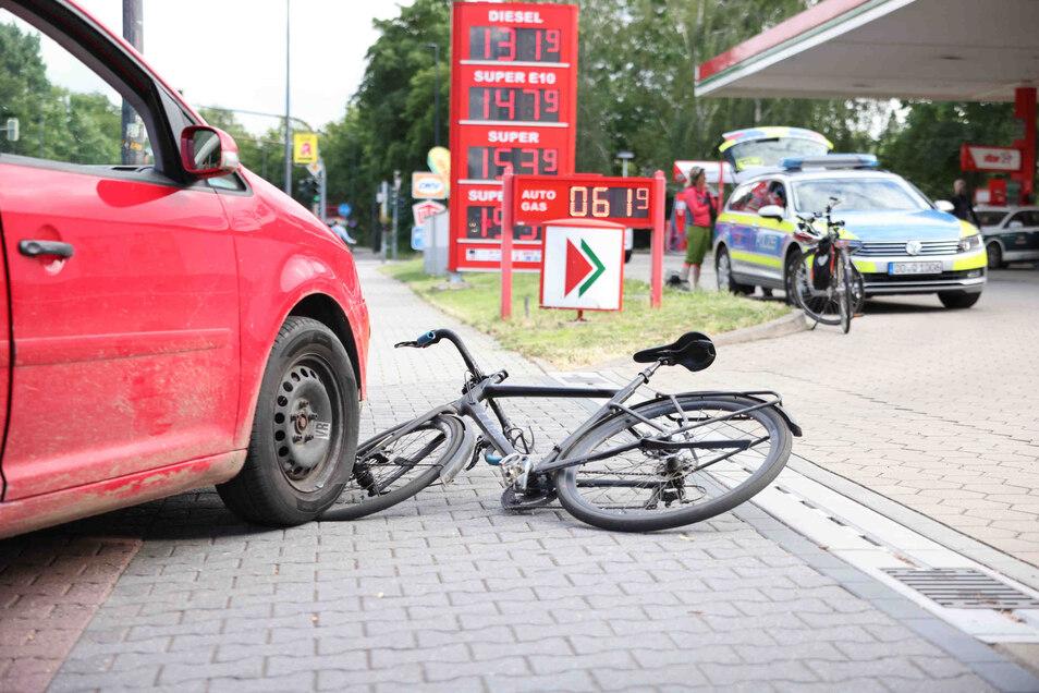 Der Unfall geschah beim Abbiegen des Autos zur Tankstelle.