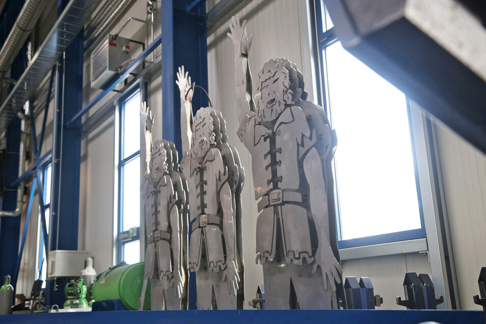 Aus drei mach eins: Wie die stählernen Riesen bei der Firma Rime an der Hallenwand lehnen, sieht es nach drei geplanten Skulpturen aus. Tatsächlich werden sie im Dreieck zu einer einzigen Figur zusammengesetzt.