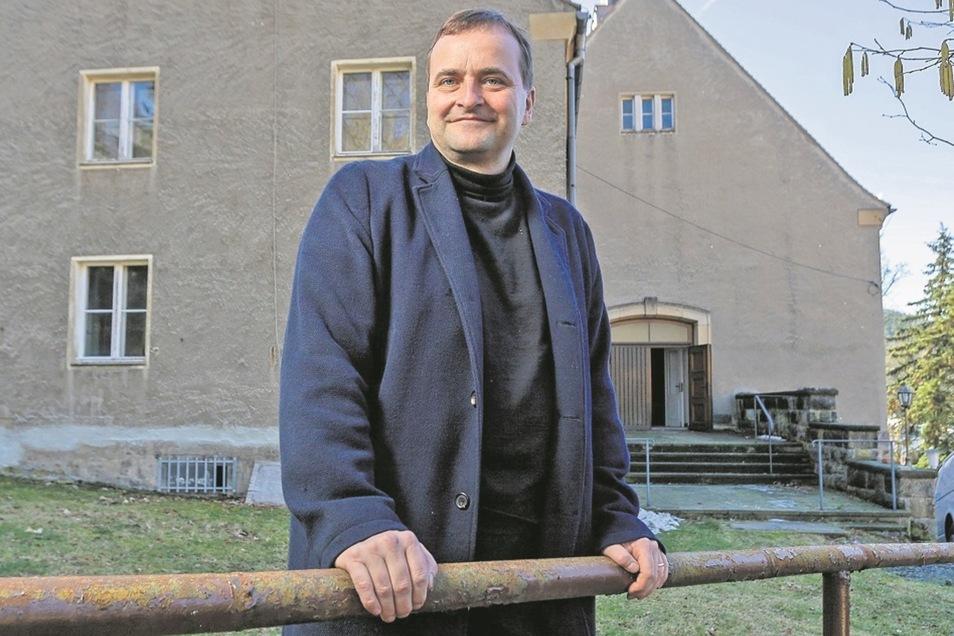 """Der Mann und seine """"Kirche"""". Uwe Ahrendts Firma hat das frühere katholische Gotteshaus gekauft. Noch ist offen, wie es genutzt werden soll. Bis dahin verwandet es der Glashütter mit einigen Mitstreitern zu einem Kulturtempel."""