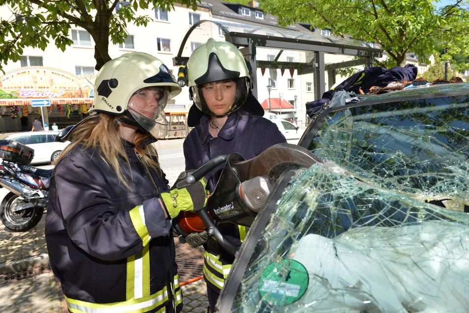 Anne Pilz (rechts) managt als amtierende Leiterin der Stadtjugendfeuerwehr die Nachwuchsarbeit der Glashütter Feuerwehr.