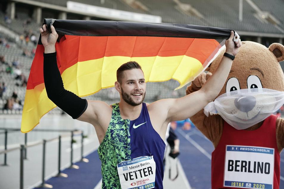 Johannes Vetter auf der Ehrenrunde nach seinem Sieg im Speerwerfen beim ISTAF im Berliner Olympiastadion.