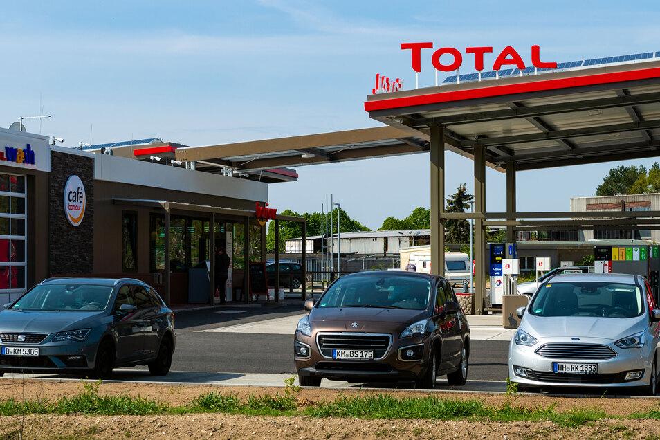 Seit Ende April ist die Tankstelle am Kreisverkehr in Ottendorf-Okrilla in Betrieb. Wann dort auch ein Schnellrestaurant steht, ist derzeit noch offen.