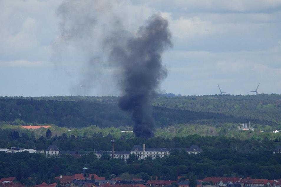 Die Rauchsäule des Laubenbrandes war weithin über Dresden zu sehen.