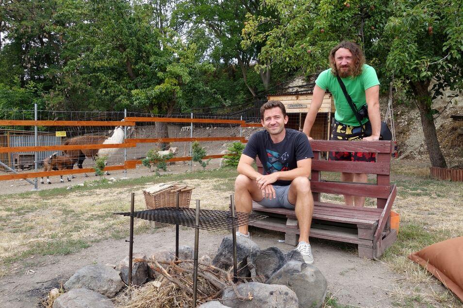 Umgeben von Ziegen, Alpaka und einer Feuerstelle. Die Erfinder von BezKempu.cz, Pavel und Petr Nohejl (rechts), testen gerade eine Pferdefarm in Trebivlice (Triebitz).
