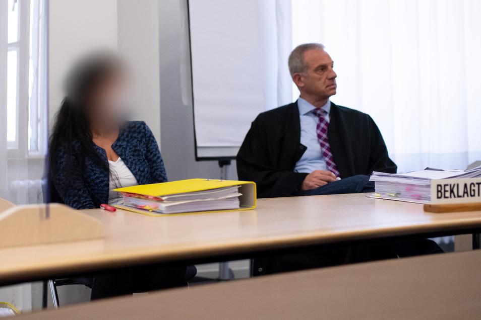Die angeklagte Heilpraktikerin zusammen mit ihrem Anwalt.
