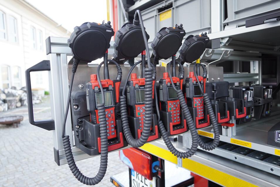 Die Funkgeräte haben extragroße Tasten (oben), die sich auch im Chemikalienschutzanzug bedienen lassen.