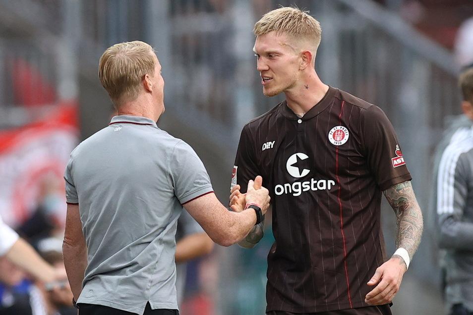 Für Trainer Timo Schultz (l.) ist Simon Makienok beim FC St. Pauli nicht immer erste Wahl, aber mit den zwei Toren im Stadtderby gegen den Hamburger SV hat der Stürmer so etwas wie Kultstatus erlangt.