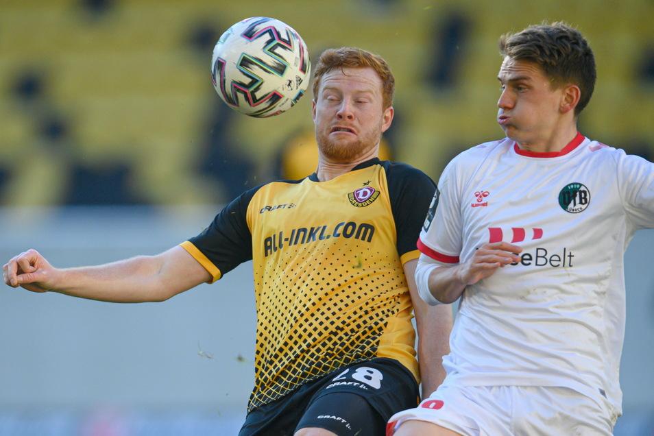 In der zweiten Halbzeit ist das Spiel zwischen Dynamo Dresden und VfB Lübeck sehr umkämpft. Hier setzt sich Paul Will gegen Lübecks Thorben Deters durch.