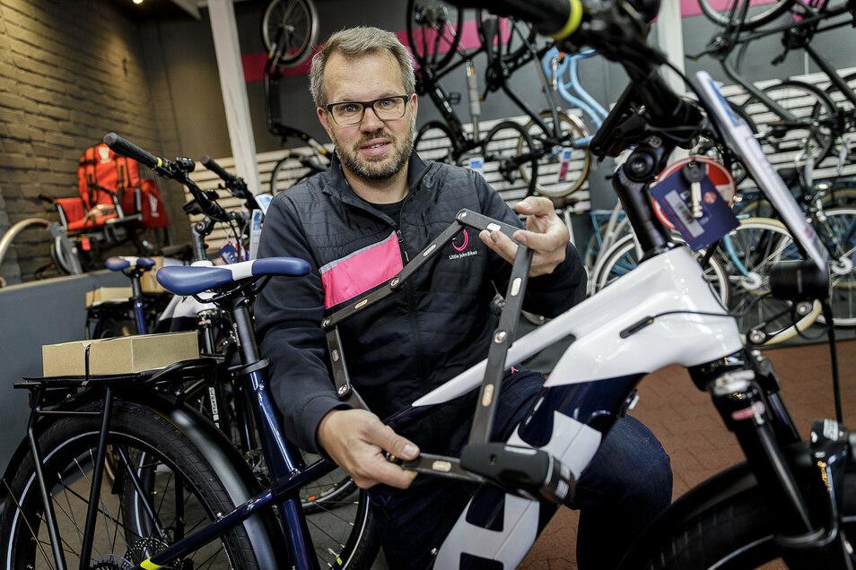 Daniel Reichstein zeigt ein Fahrradschloss, das mit Alarmsignal ausgestattet ist