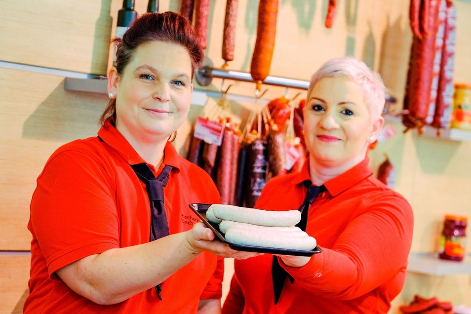 Die beiden Verkäuferinnen, Frau Ulhig (l.) und Frau Straub, packen in jede Einkaufstüte ein Paar Bratäpfelbratwürste zum Probieren.