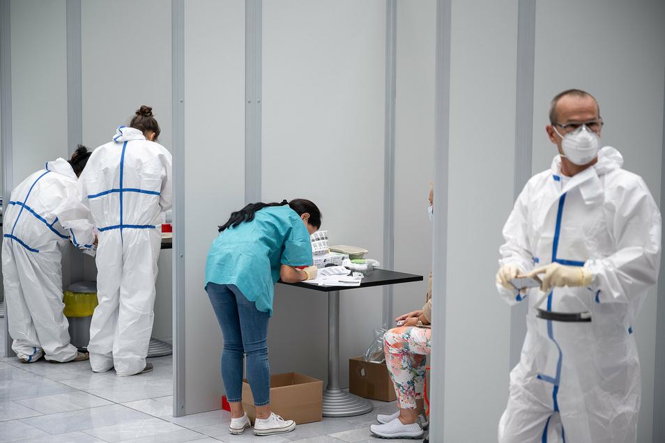 Mitarbeiter arbeiten im Corona-Testcenter am Stuttgarter Flughafen.