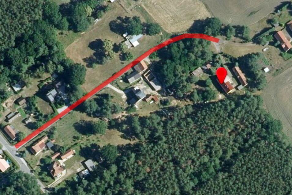 An der alten Straße in Neudorf liegen mehrere Grundstücke über die die Zufahrt zu Frau Stölzes Haus (rote Marke) führt. Das wurde der Seniorin jetzt zum Verhängnis.