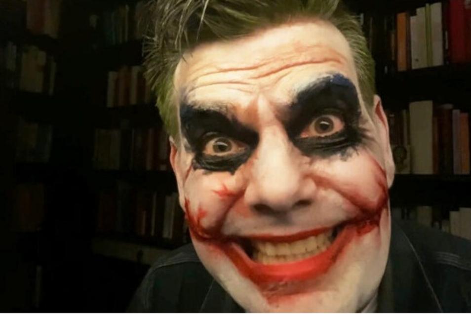 Der rechtsextremistische US-Hetzer Alex Jones hat's vorgemacht, Ken Jebsen macht es nach: Video-Auftritt als durchgeknallter Batman-Joker.