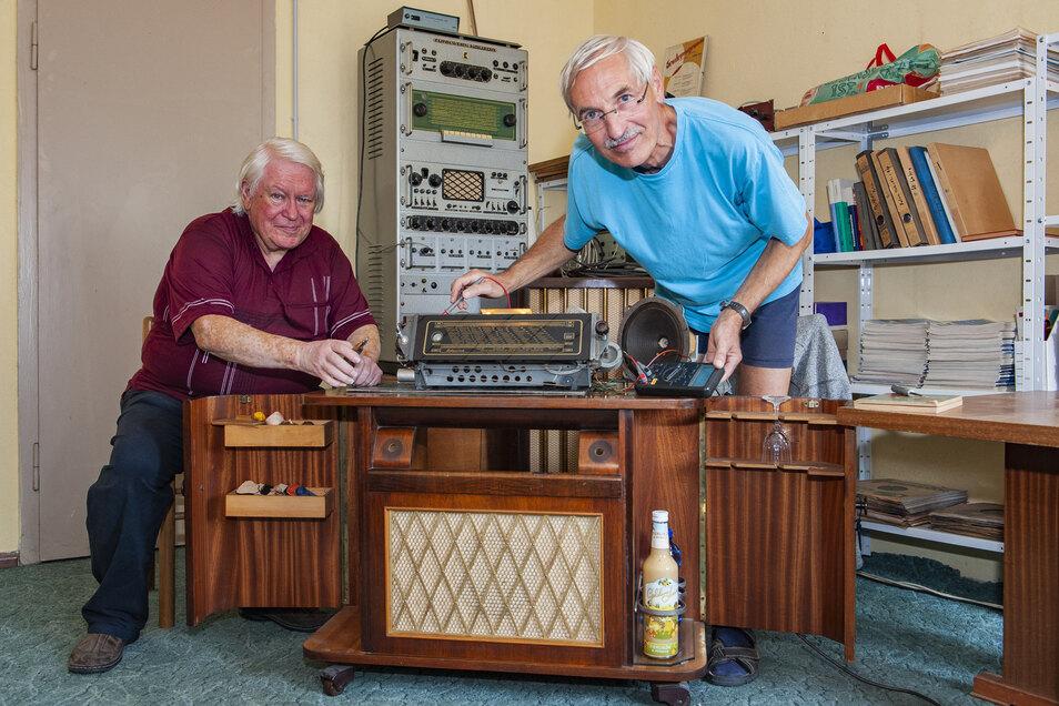 Kurt Kralik (l.) und Jochen Schieck von den Großenhainer Radiofreunden arbeiten an einem ganz besonderen Ausstellungsstück für den Tag des offenen Denkmals.