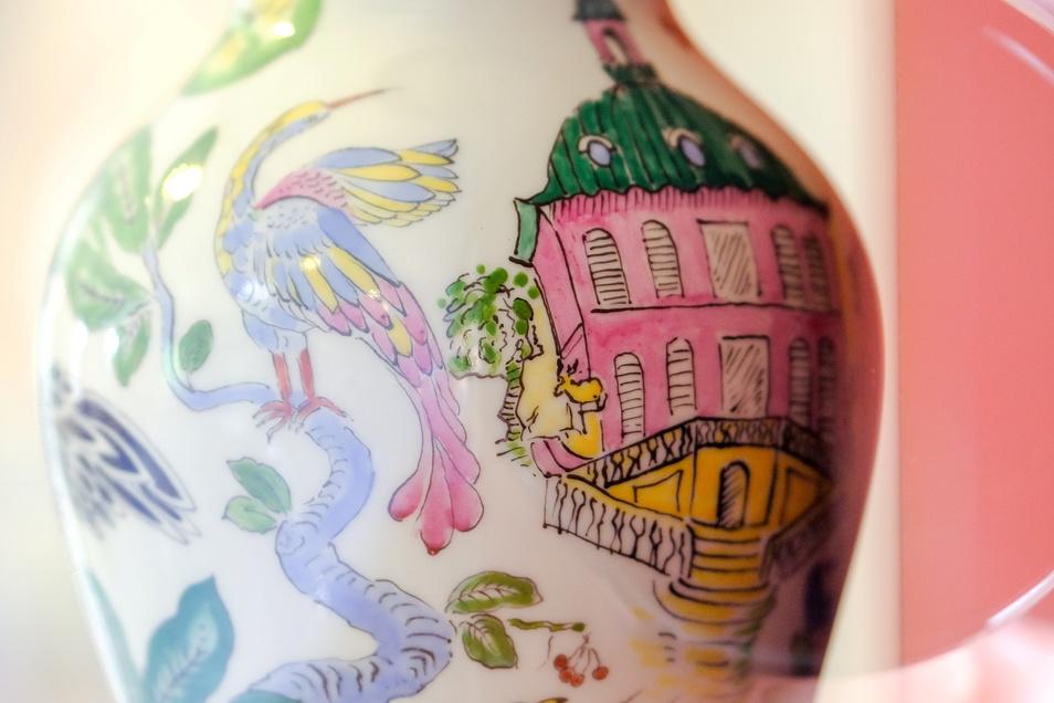 Auf den von ihr bemalten Porzellanvasen nimmt die Dresdner Künstlerin Libuscha immer wieder auch Bezug zur Moritzburger Kulturlandschaft.