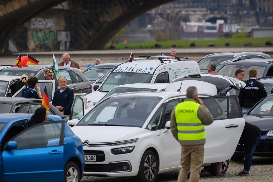 """""""Wacht auf"""" steht auf einem Auto einer Demonstration von Corona-Regel-Gegnern, die sich am 1. Mai sammelte. Der Konvoi setzte sich schließlich in Bewegung - durch Dresden und dann in Richtung Großschönau."""