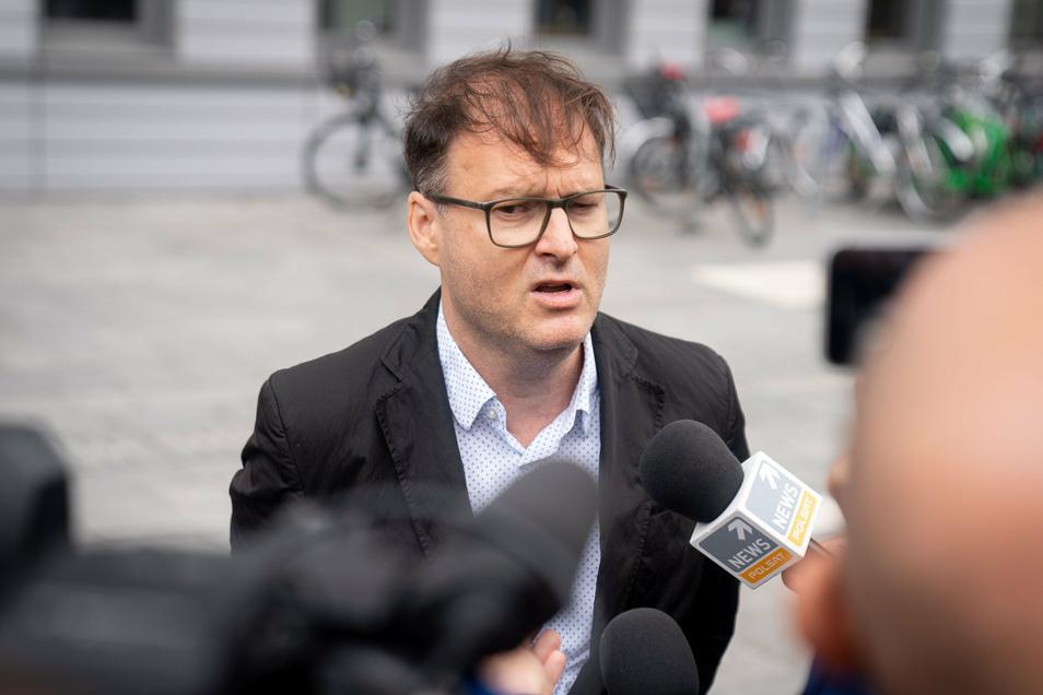 Jaka Bizilj, Gründer von Cinema for Peace und Organisator des Krankentransports des russischen Oppositionellen Nawalny, spricht vor der Charite zu den Medienvertretern.