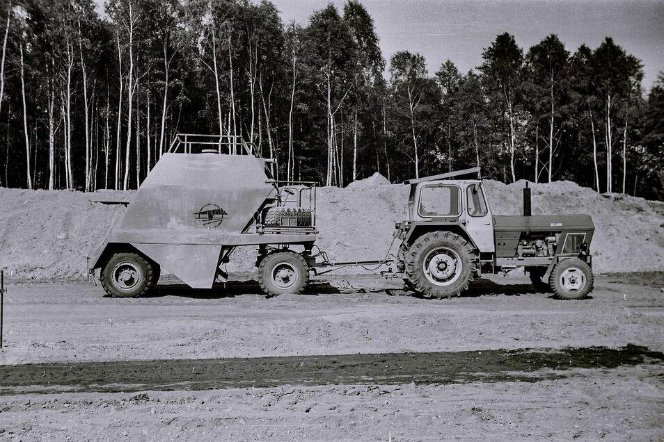 Mit dem Gerät, Marke Eigenbau, das der Traktor ZT 300 zog, wurde Kalk verteilt und eingefräst.
