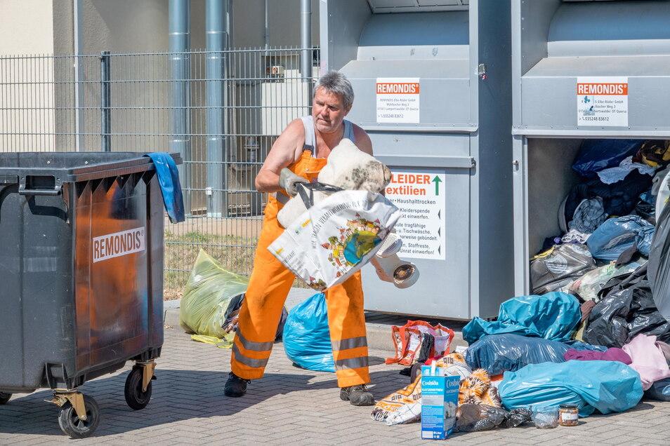Heiko Schubert ärgert es, dass er den gesamten Inhalt des Altkleidercontainers nur noch in den Müllbehälter werfen kann.