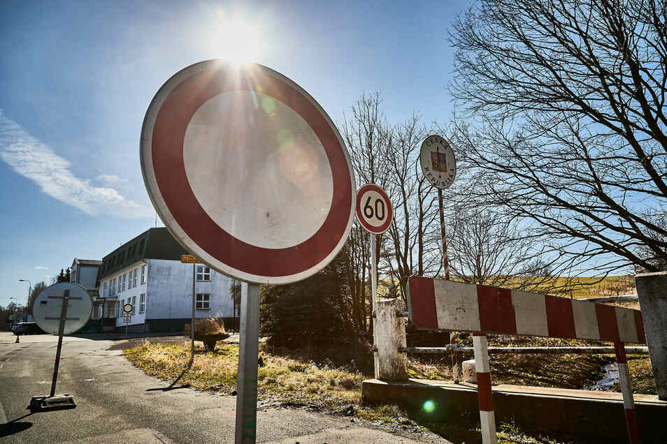 Das Sperrschild an der Grenze in Hellendorf steht bisher nicht wegen des Straßenbaus.
