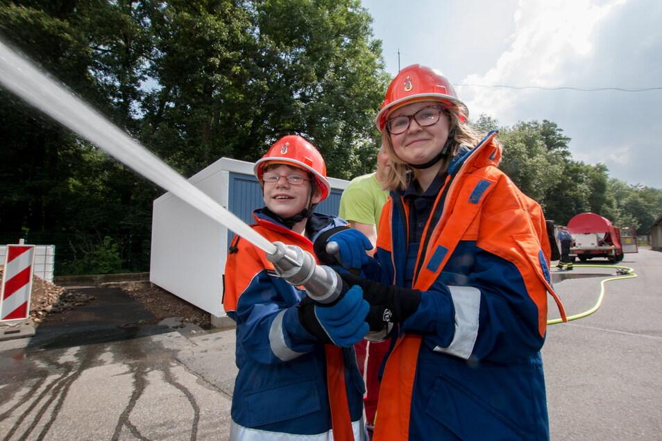 Lena und Katharina von der Jugendfeuerwehr testen die neue Tragkraftspritze.