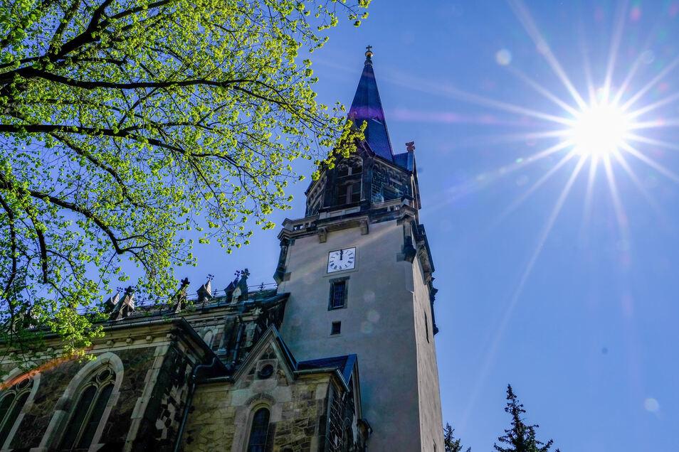 Der sanierte Turm der Friedenskirche Radebeul und die noch auf 12 Uhr stehenden Zeiger. In dieser Woche muss noch mal am Werk nachjustiert werden.