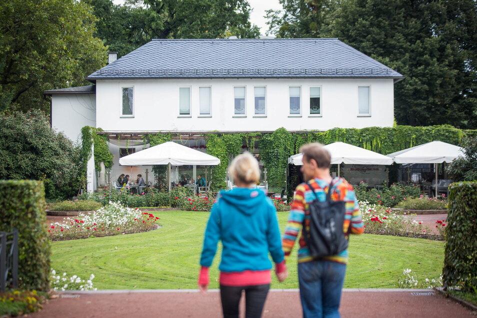 """Auch der """"Senkgarten"""", an dessen Ende das """"Kaffee Rosengarten"""" liegt, gehört zur Anlage. Die hier gepflanzten Rosen sollen in ihrer Anordnung eine Knospe darstellen."""