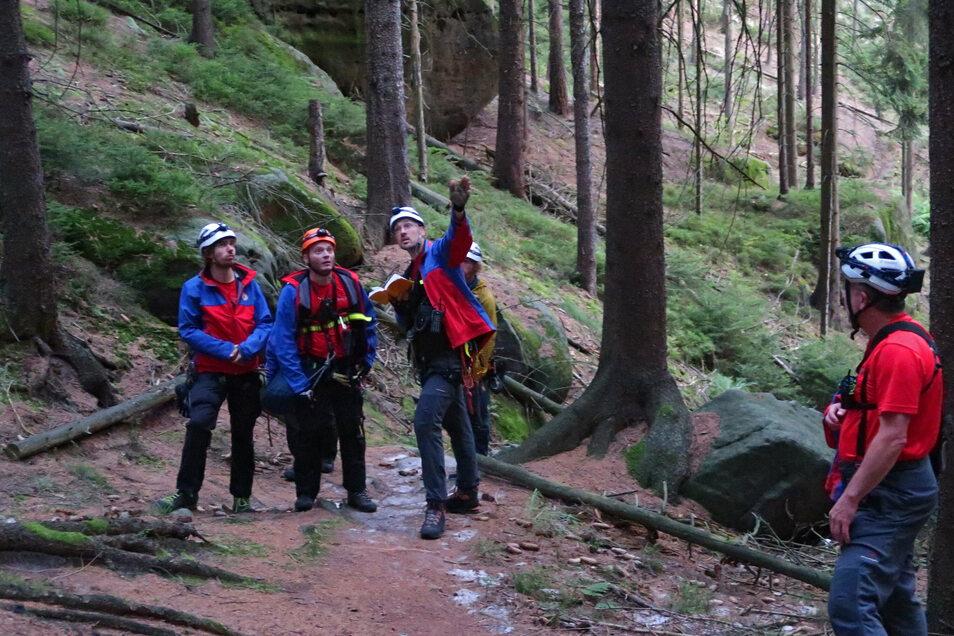 Die Bergwacht sucht am Boden nach einem Verunglückten.