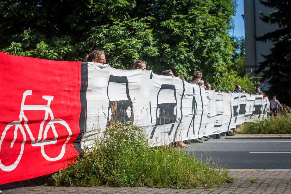 Mit einem Banner über die gesamte Straße zeigte der ADFC, welcher Platz für Autos, Straßenbahnen, Radfahrer und Fußgänger auf der Nürnberger künftig vorgesehen ist.
