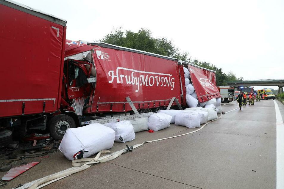 Die Ladung der Unfall-Laster verteilte sich auf der Fahrbahn.