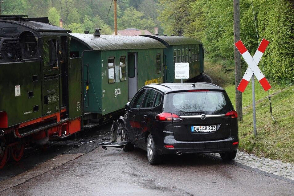 Gegen 14 Uhr prallte der Opel gegen die Bahn.
