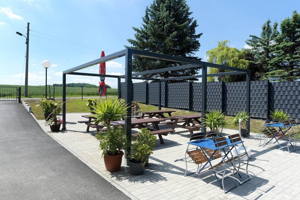 """Der neue """"Gütchen-Garten"""" hinter dem Gebäude. Die Überdachung über die Sitzgelegenheiten wird in den nächsten Tagen noch ergänzt."""