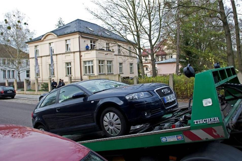 ... werden am Dienstagnachmittag von der Staatsanwaltschaft beschlagnahmte Fahrzeuge verladen.