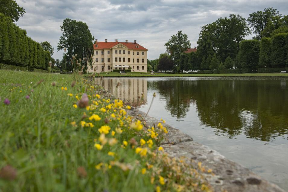Das Palais befindet sich am Spiegelteich im Barockpark Zabeltitz.