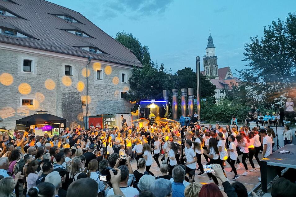 Der Auftritt von Kamenz can Dance am Sonnabendabend am Malzhaus war viel umjubelt. Auf diesem Party-Areal wurde an drei Abenden und in den Nächten getanzt und gefeiert - von Disco-Fox bis Techno-Gezappel war für jeden Geschmack etwas dabei. Foto: Ina Förs