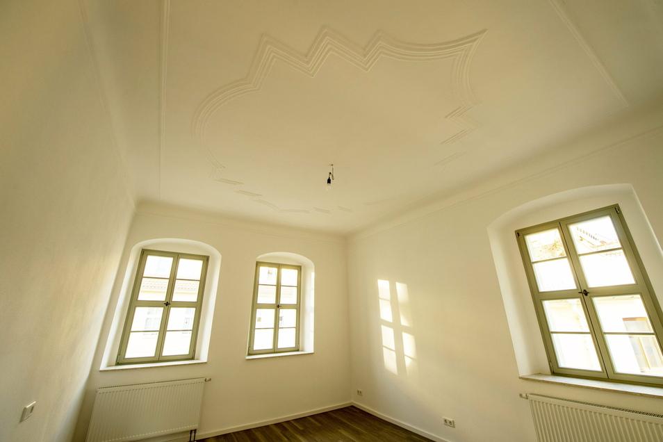 Die Stuckdecken wurden aufwendig restauriert. Sie geben den lichtdurchfluteten Räumen ihren Charme.