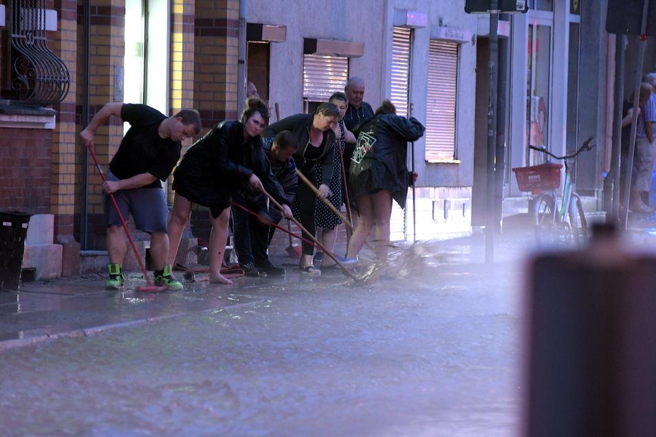 Nach einem Unwetter vor einigen Jahren mussten Anwohner und Helfer in der Sankt-Georgen-Straße in Döbeln Schlamm schippen.