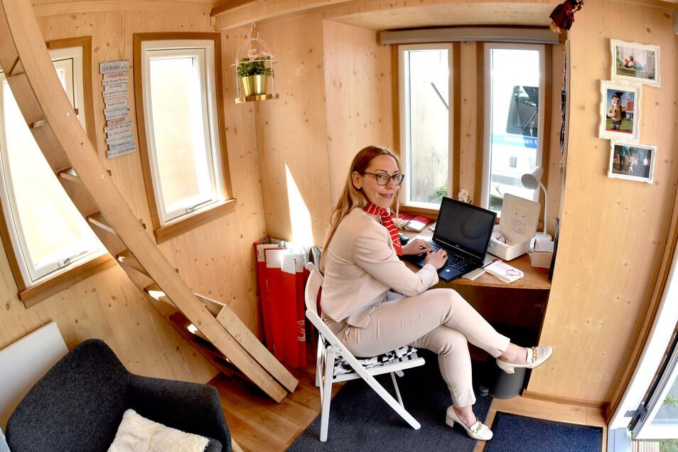 Auch zum Arbeiten bleibt Platz, wie Bettina Richter-Kästner von der Sparkasse zeigt.