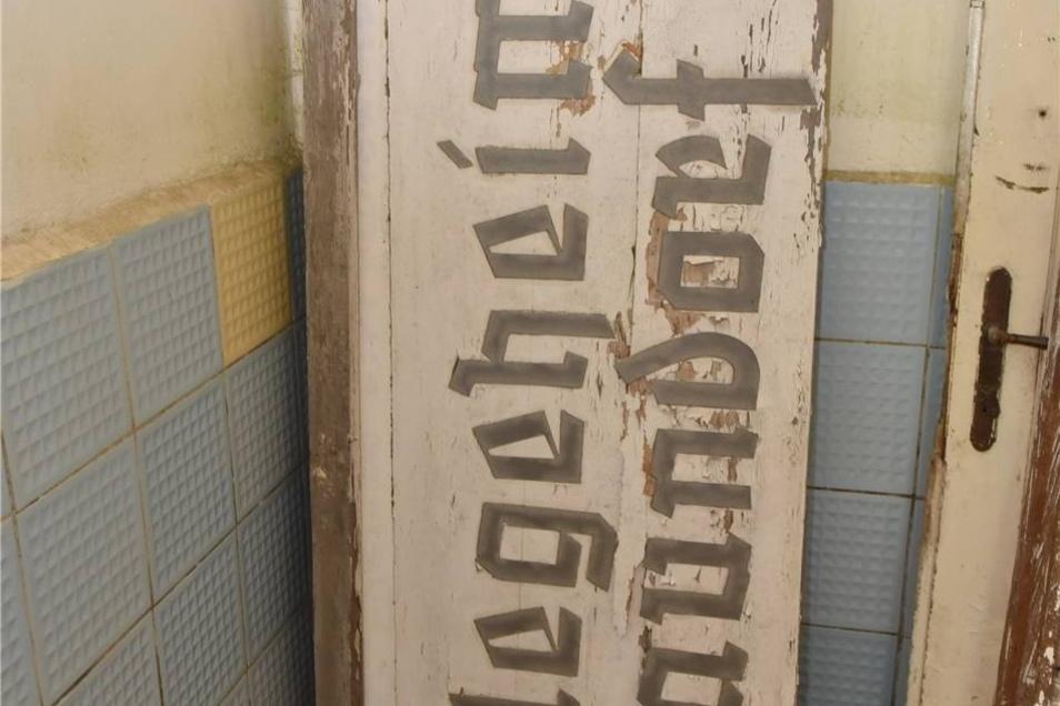 Bis 1999 war das Schloss Pflegeheim. Der neue Eigentümer hat das Schild abgenommen, das noch an diese Zeit erinnerte.