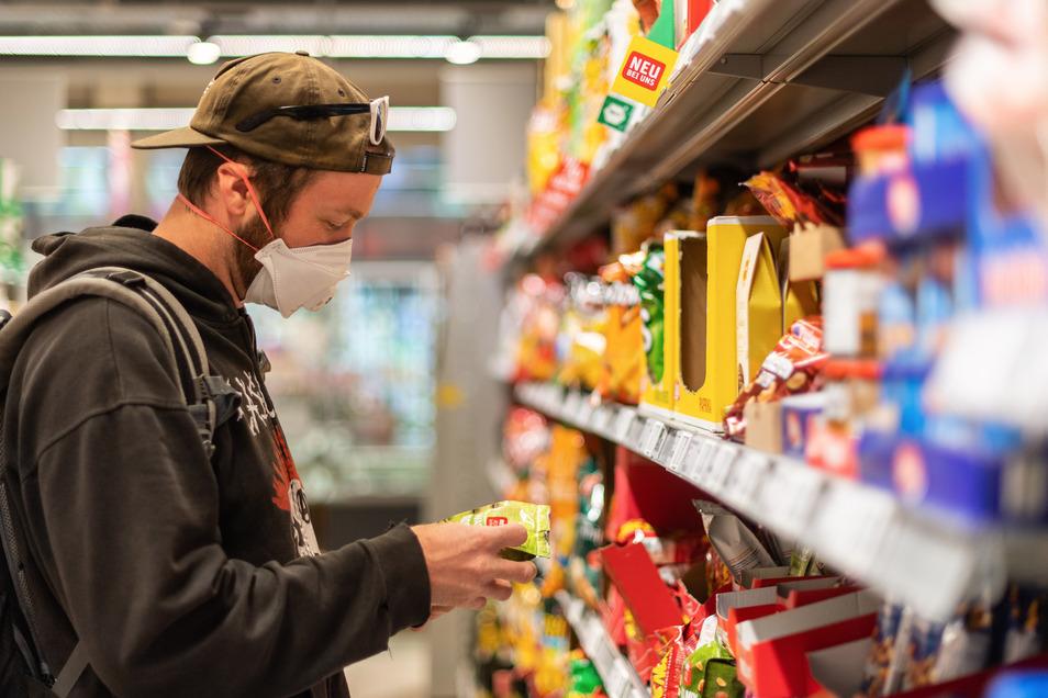Ist das schon der reduzierte Preis? Händler gehen unterschiedlich mit der Senkung der Mehrwertsteuer um. Einige ändern die Schilder an Regalen andere mindern den Preis erst an der Kasse.
