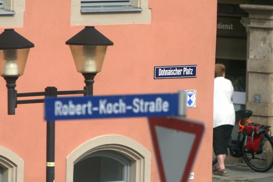 Schilder am historischen Teil des Scheunenhofcenters in Pirna: Ein Straße und plötzlich zwei Namen?