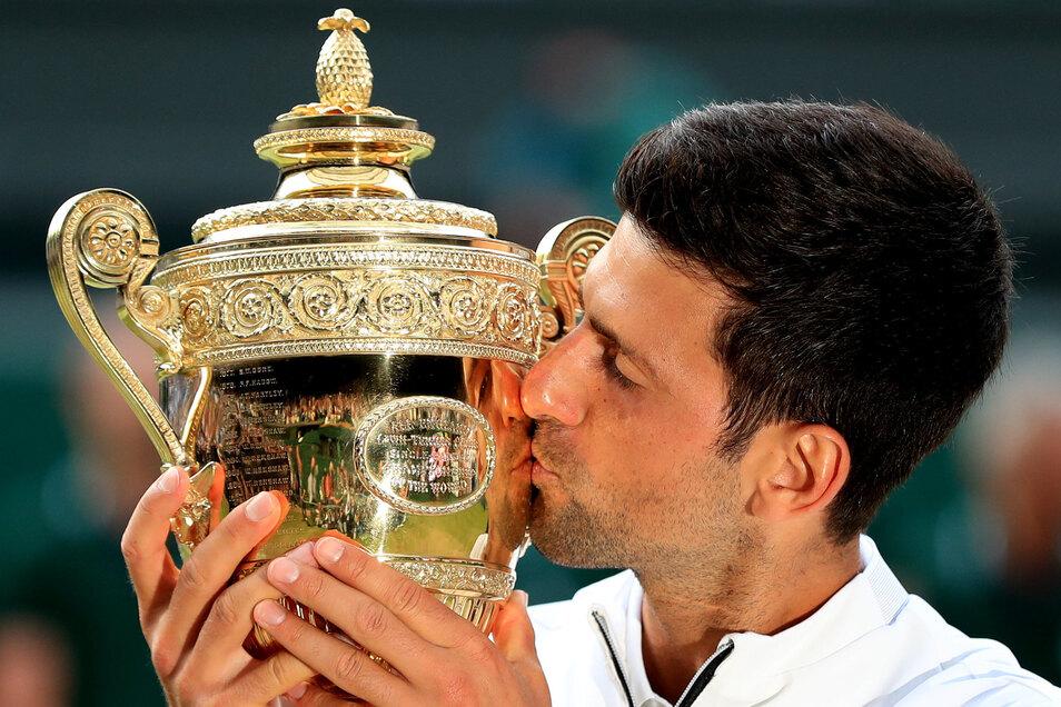 Novak Djokovic küsst die Trophäe.