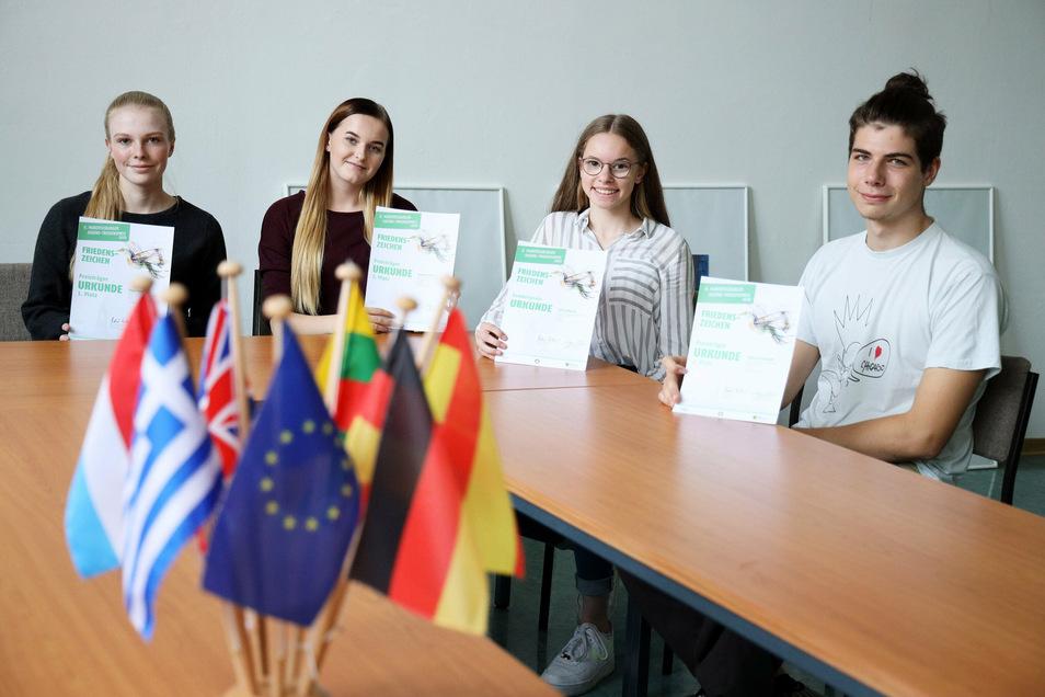Elisa Otto, Hanna Metzner, Luise Wendt und William Kaniuth (v.l.n.r.) wurden beim Hubertusburger Jugendfriedenpreis ausgezeichnet.