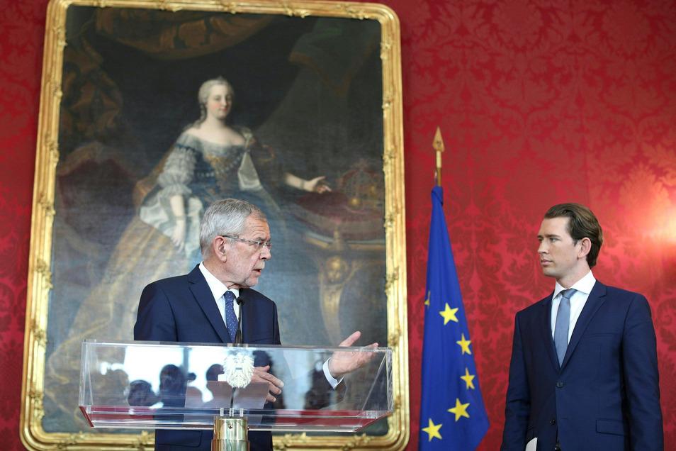 Alexander Van Der Bellen (l), Bundespräsident von Österreich, spricht mit Sebastian Kurz, Bundeskanzler von Österreich, nach einem Treffen in der Präsidentschaftskanzlei.